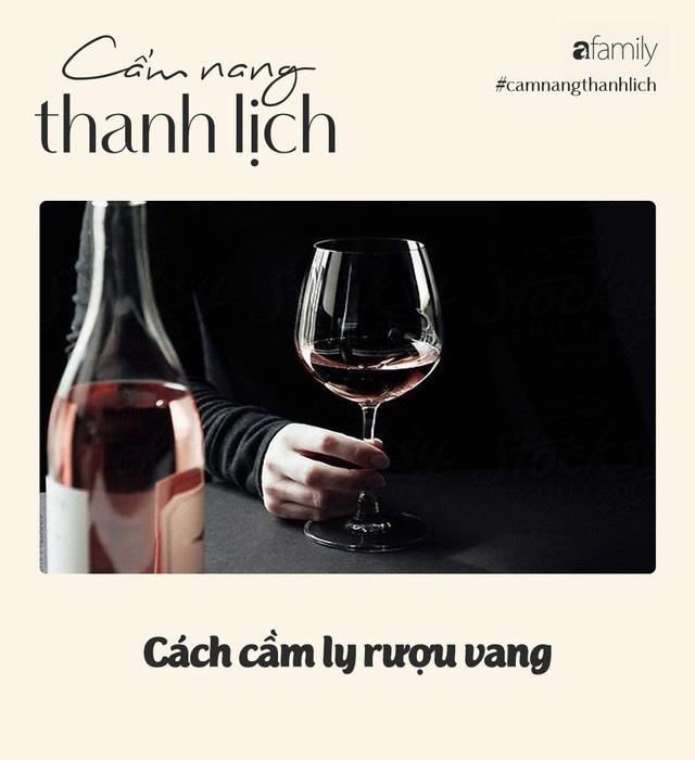 """Hay đi """"chỉnh"""" người khác, không ngờ có ngày vợ cũ Huy Khánh lại bị trừ điểm thanh lịch vì cách rót rượu vang đỏ chẳng giống ai - Ảnh 5."""