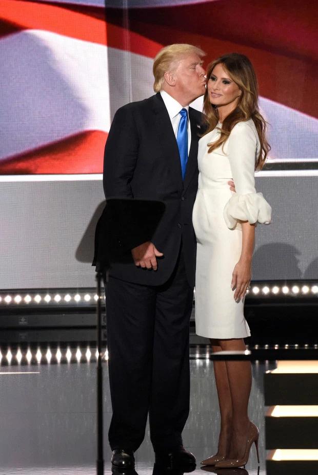 Từ nàng mẫu sexy nóng bỏng, bà Melania Trump đã thăng hạng lên Đệ nhất phu nhân với style quý phái như thế nào? - Ảnh 10.