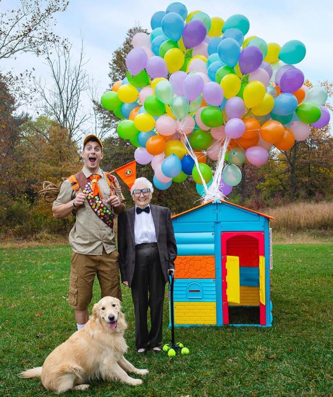 """Cụ bà 93 tuổi và cháu trai bất ngờ nổi tiếng mạng xã hội vì cách ăn mặc và biểu cảm """"lầy lội"""" - Ảnh 1."""