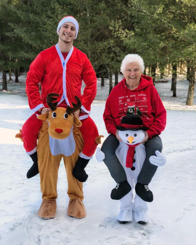 """Cụ bà 93 tuổi và cháu trai bất ngờ nổi tiếng mạng xã hội vì cách ăn mặc và biểu cảm """"lầy lội"""" - Ảnh 6."""