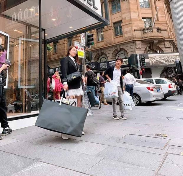 Không chỉ đưa Nhã Phương đi mua sắm thả ga ở nước ngoài, Trường Giang còn cung phụng vợ đến mức này - Ảnh 3.