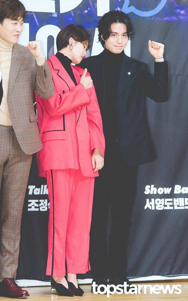 """Gần 20 năm hoạt động trong làng giải trí, đây là lần đầu tiên """"Thần chết"""" Lee Dong Wook công khai thể hiện hành động thân mật với một sao nữ - Ảnh 4."""