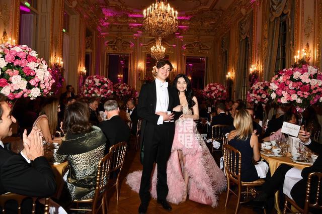 Đêm tiệc của giới siêu giàu gây chú ý với 19 tiểu thư lá ngọc cành vàng, đặc biệt nổi bật nhất lại là cô gái châu Á này - Ảnh 8.