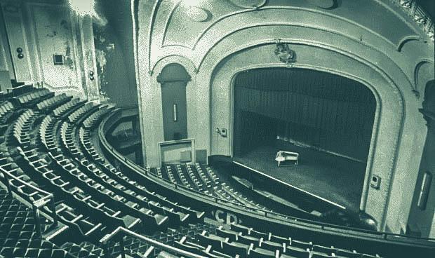 Diễn tập trong nhà hát cổ, nghệ sĩ piano phát hiện chi tiết đáng sợ trong bức ảnh chụp trước khi khám phá ra loạt lời đồn về nơi này - Ảnh 4.