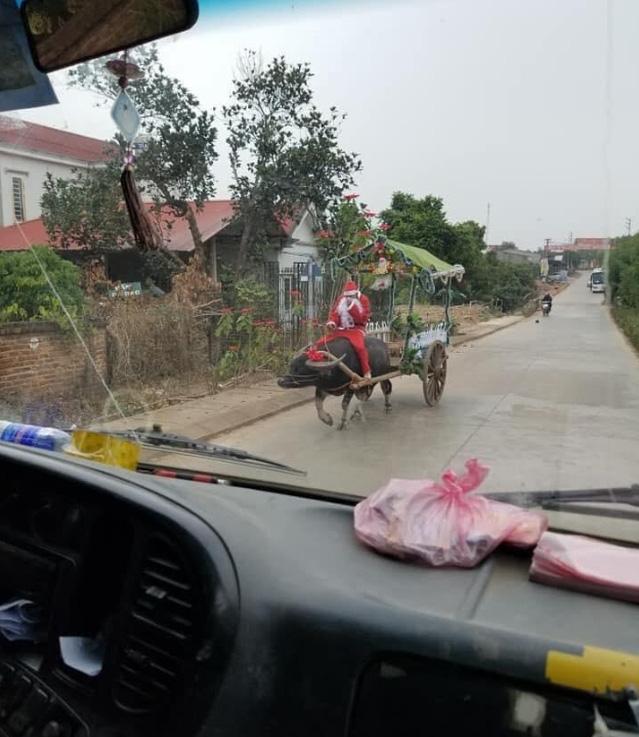 Ông già Noel cưỡi trâu trên chiếc xe tự chế đi khắp làng khiến nhiều người tò mò - Ảnh 1.