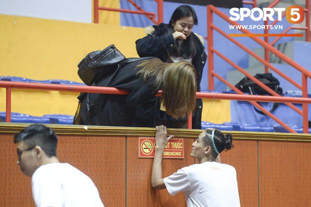 """Nhật Lê bị đồn đã có bạn trai khi lộ ảnh """"tình tứ"""" với một cầu thủ bóng rổ, dân mạng quả quyết: """"Bóng gì thì bóng, chia tay rồi tuyển người yêu mới thì có sao"""" - Ảnh 3."""
