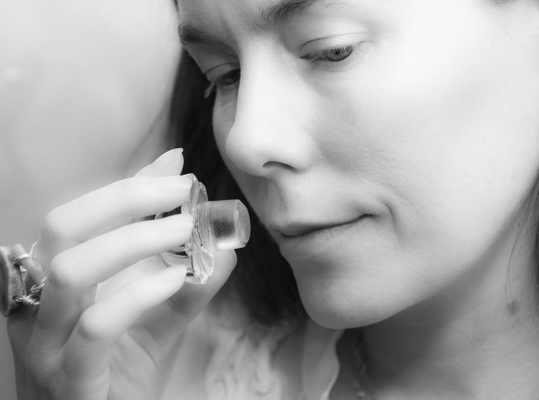 Nước hoa - thứ vũ khí quyến rũ vô hình hay chuyện những giọt hương miên man gieo vào lòng người thương nhớ - Ảnh 2.