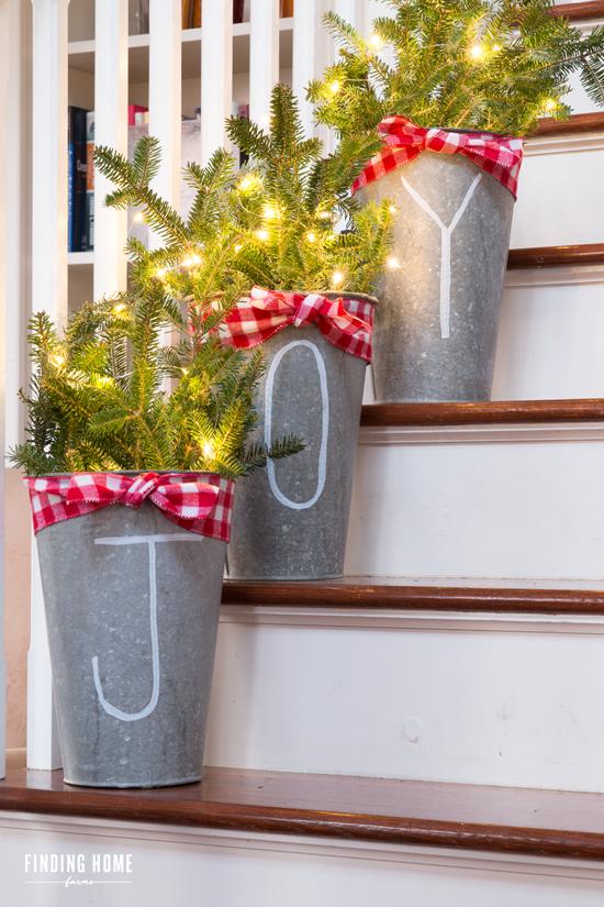Mang vẻ đẹp hoàn hảo cho cầu thang dịp Giáng sinh nhờ lựa chọn đồ trang trí đúng điệu - Ảnh 1.
