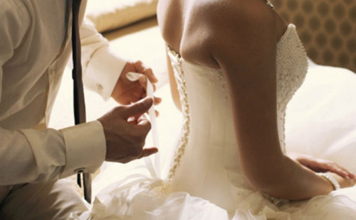 """Đêm tân hôn đang phút cao trào, cô dâu bỗng thất kinh tột đỉnh mắng chú rể """"chẳng hiểu bản lĩnh anh cất đâu rồi"""" rồi kéo va li đi ngay trong đêm - Ảnh 1."""