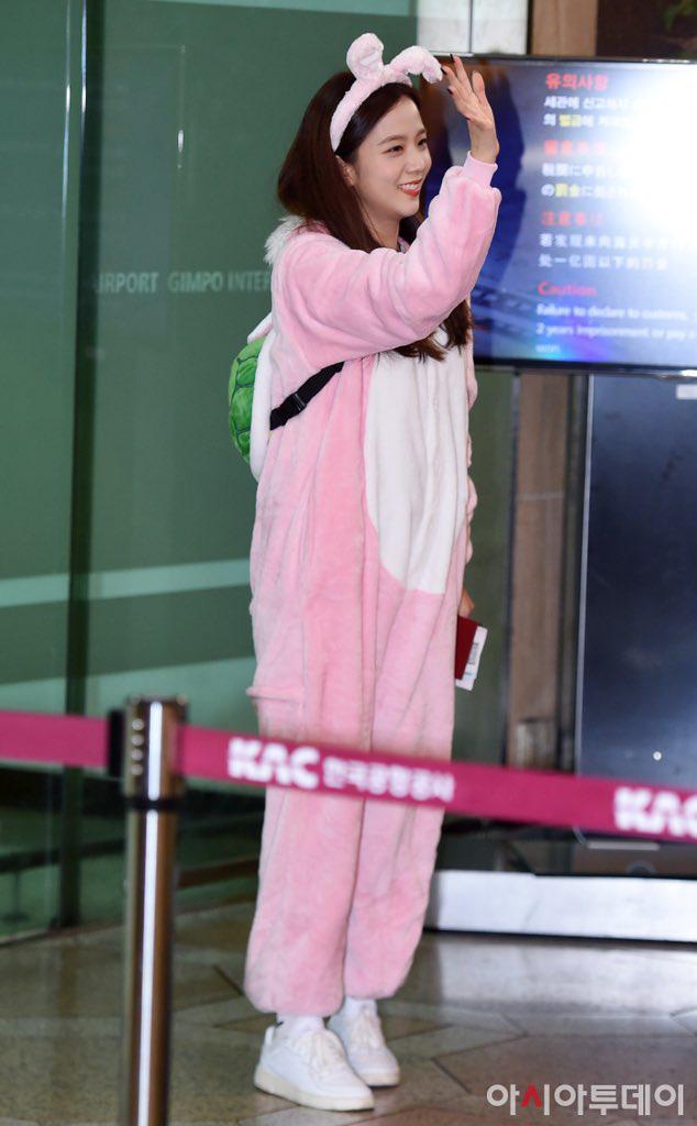 """Không biến sân bay thành sàn diễn, Jisoo và Lisa vẫn chiếm trọn spotlight với màn cosplay thỏ - vịt """"cute vô đối"""" - Ảnh 3."""