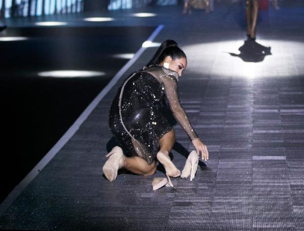 """2 """"chị đại"""" của làng mẫu Việt: Người vấp váy suýt ngã, người ngã sấp mặt văng cả giày trên cùng một sàn catwalk - Ảnh 7."""