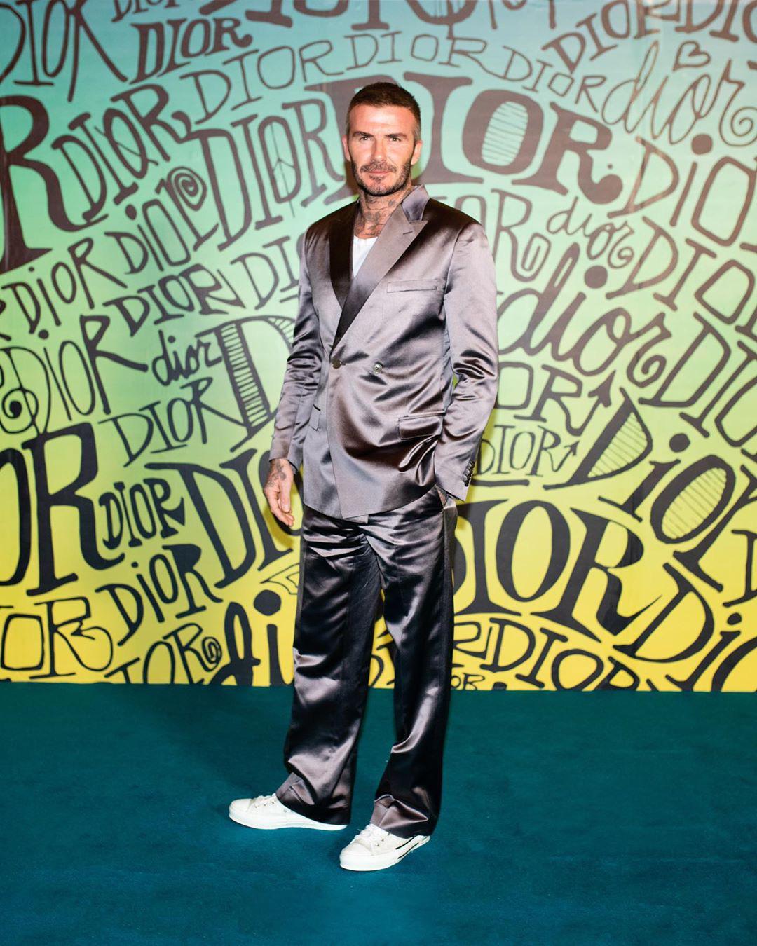 Giữa lúc thương hiệu của vợ làm ăn khó khăn, David Beckham chiếm trọn spotlight với bộ suit bóng bẩy chất chơi như trai tân - Ảnh 1.