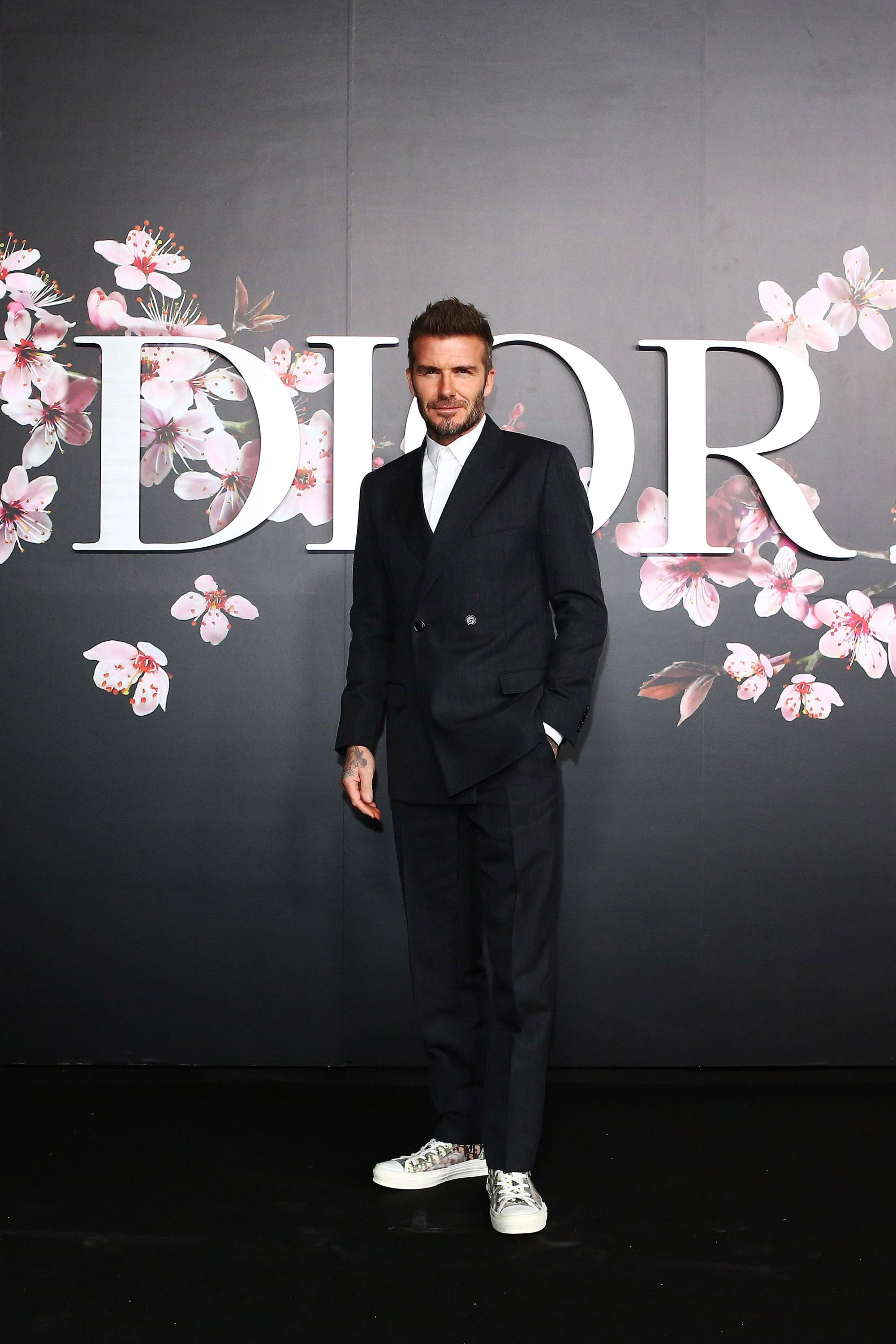Giữa lúc thương hiệu của vợ làm ăn khó khăn, David Beckham chiếm trọn spotlight với bộ suit bóng bẩy chất chơi như trai tân - Ảnh 7.