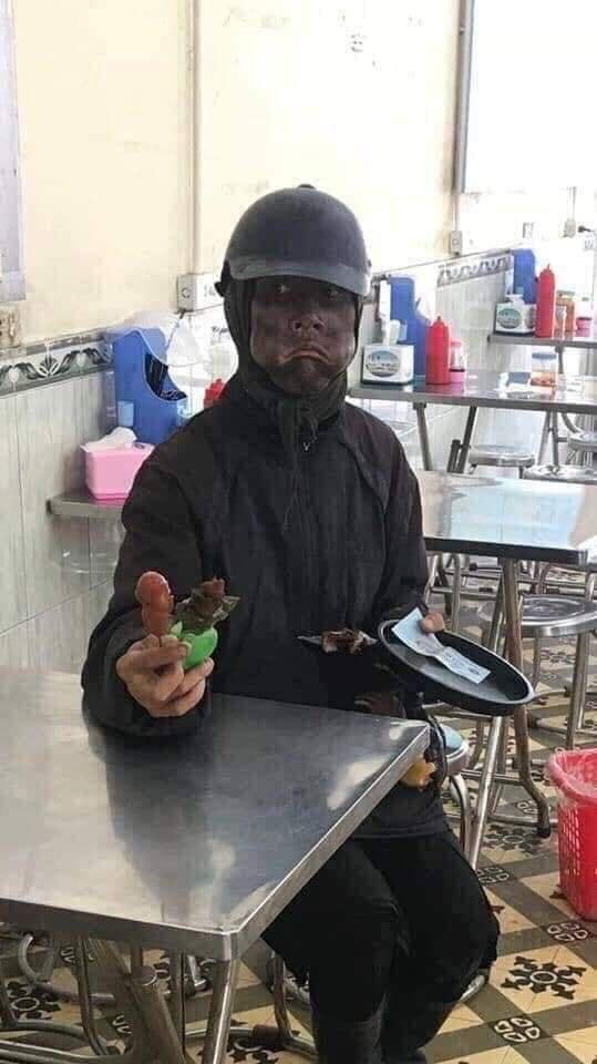 """Giây phút hoảng sợ của chủ tiệm điện thoại khi đối mặt với """"dị nhân"""" cầm đầu gà, mặt đen như Bao Công - Ảnh 2."""