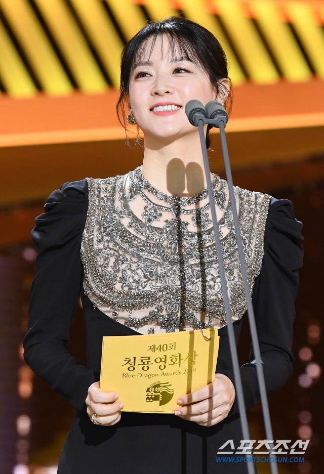 Một chiếc váy hai thái cực: Lee Young Ae nền nã, Jennifer Lopez thì không giấu nổi vẻ sexy bức người dù mặc rất kín đáo - Ảnh 8.