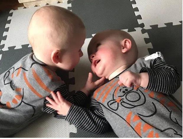 """Dù cả ngày """"cà khịa"""" lẫn nhau, nhưng trước khi đi ngủ, cặp song sinh lại gây cho mẹ bất ngờ khi đứng ôm nhau thắm thiết - Ảnh 4."""