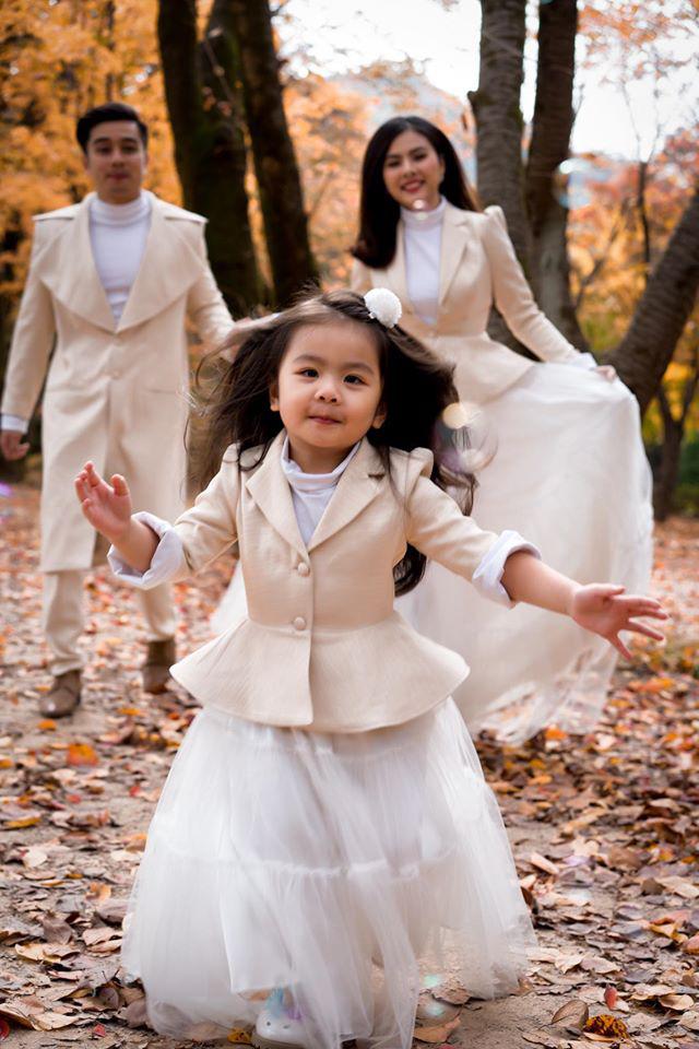 Đưa con gái 3 tuổi đi xem phim Elsa, Vân Trang sợ bé không hiểu nhưng Nì phản ứng khiến mẹ bất ngờ - Ảnh 1.