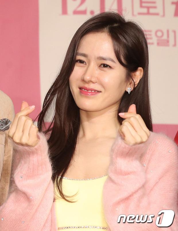 Có là đại mỹ nhân như Son Ye Jin hay Song Hye Kyo cũng rơi vào cảnh sến không lối thoát vì váy vàng tươi - Ảnh 1.