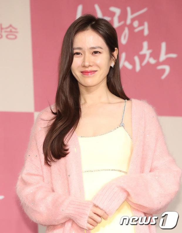 Có là đại mỹ nhân như Son Ye Jin hay Song Hye Kyo cũng rơi vào cảnh sến không lối thoát vì váy vàng tươi - Ảnh 2.