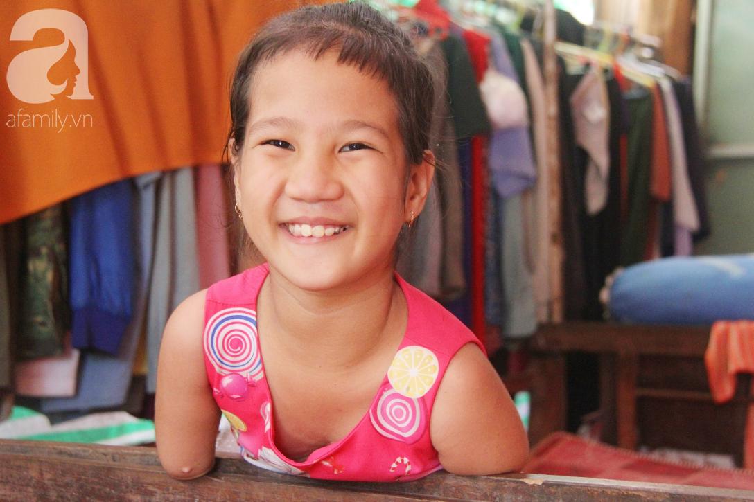 Tết đến, cô bé 8 tuổi cụt tay cụt chân Hiếu Thảo mừng rỡ khoe: Con có chân giả để đi học rồi - Ảnh 3.