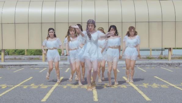 Diện đồ như dancer, Hari Won vẫn giành nổi bần bật vì nước da trắng bật tông hơi... khó hiểu - Ảnh 2.