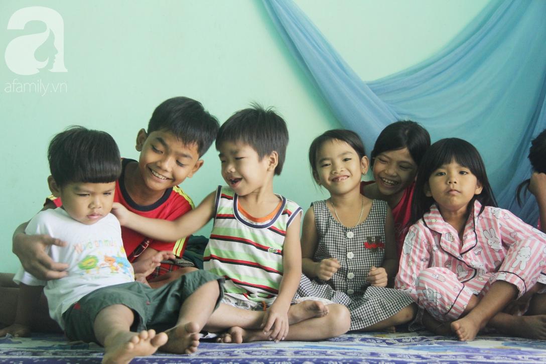Nụ cười hạnh phúc của 11 đứa trẻ bị bố mẹ bỏ rơi: Tụi con có nhà mới và được đi học tiếp - Ảnh 6.