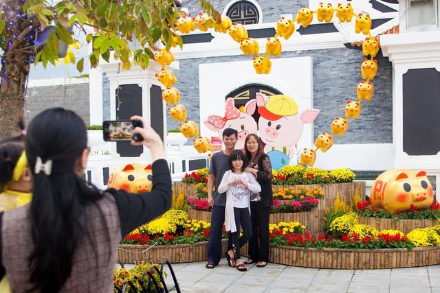 Du khách thích thú với phong cách hội xuân độc lạ ở Sun World Danang Wonders - Ảnh 1.
