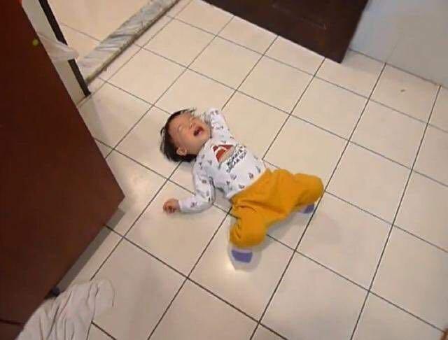 Bé 3 tuổi ăn vạ, mẹ ra tay xử lý, 1 tiếng sau im bặt và cách dạy con khiến phụ huynh tán thành - Ảnh 1.
