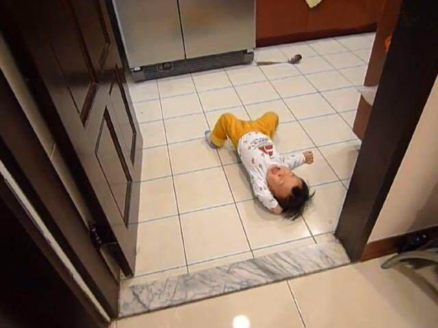 Bé 3 tuổi ăn vạ, mẹ ra tay xử lý, 1 tiếng sau im bặt và cách dạy con khiến phụ huynh tán thành - Ảnh 2.