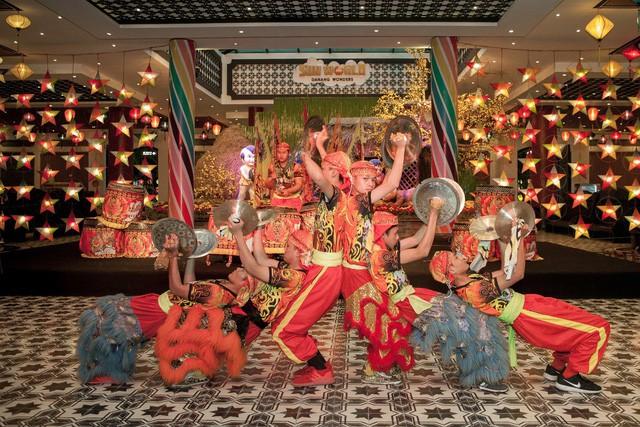 Du khách thích thú với phong cách hội xuân độc lạ ở Sun World Danang Wonders - Ảnh 4.