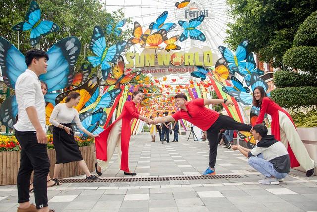 Du khách thích thú với phong cách hội xuân độc lạ ở Sun World Danang Wonders - Ảnh 5.