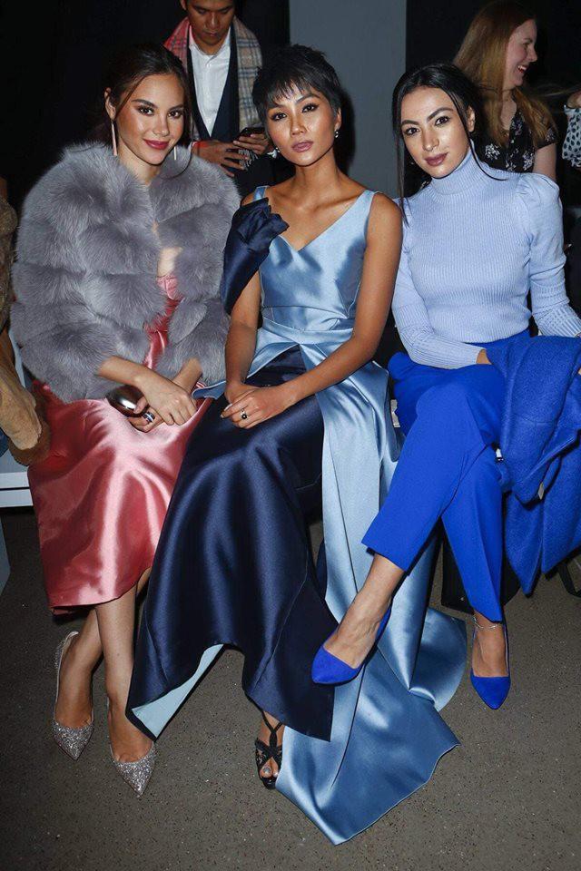 """H'Hen Niê và Catriona Gray đẹp """"bất phân thắng bại"""" khi hội ngộ tại New York Fashion Week - Ảnh 3."""