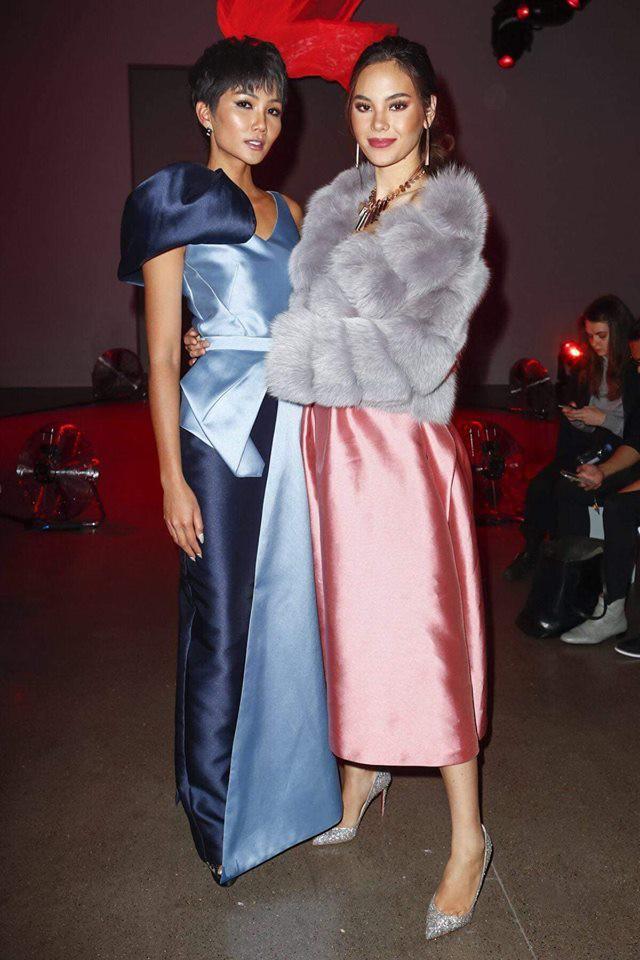 """H'Hen Niê và Catriona Gray đẹp """"bất phân thắng bại"""" khi hội ngộ tại New York Fashion Week - Ảnh 1."""