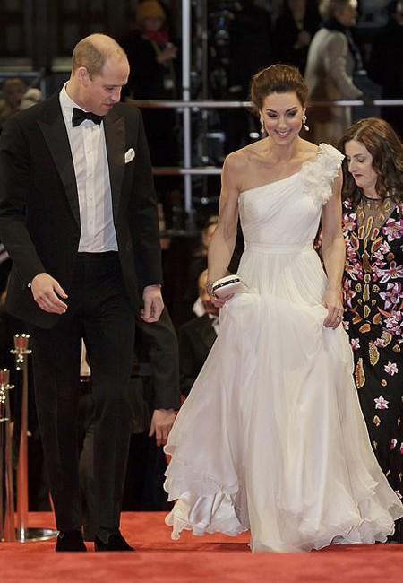 Chẳng cần nắm tay chốn đông người, vợ chồng Công nương Kate vẫn chứng minh tình yêu bền chặt qua khoảnh khắc ngọt ngào này - Ảnh 2.