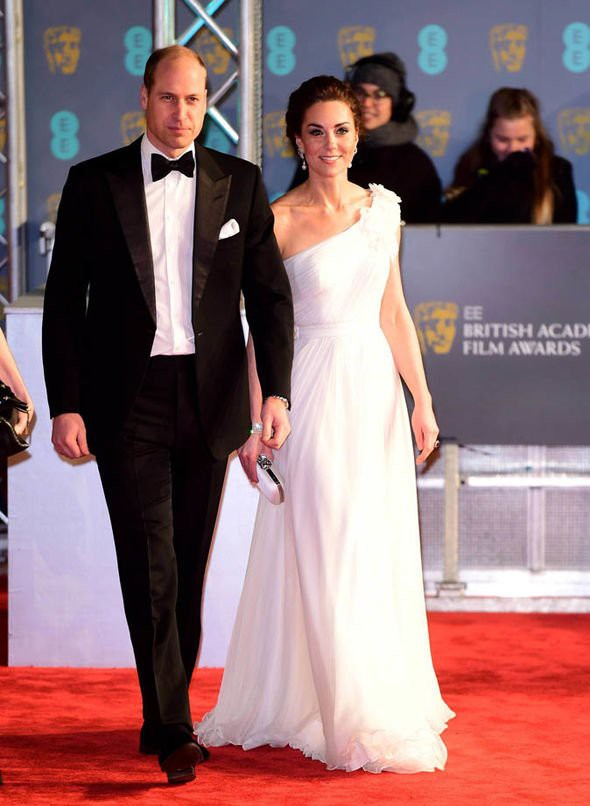 Chẳng cần nắm tay chốn đông người, vợ chồng Công nương Kate vẫn chứng minh tình yêu bền chặt qua khoảnh khắc ngọt ngào này - Ảnh 1.
