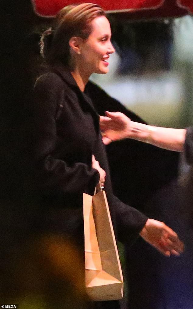 Angelina Jolie mắt sưng húp, mệt mỏi nhận cái ôm an ủi từ bạn bè sau khi Brad Pitt lộ ảnh tái hợp Jennifer - Ảnh 1.