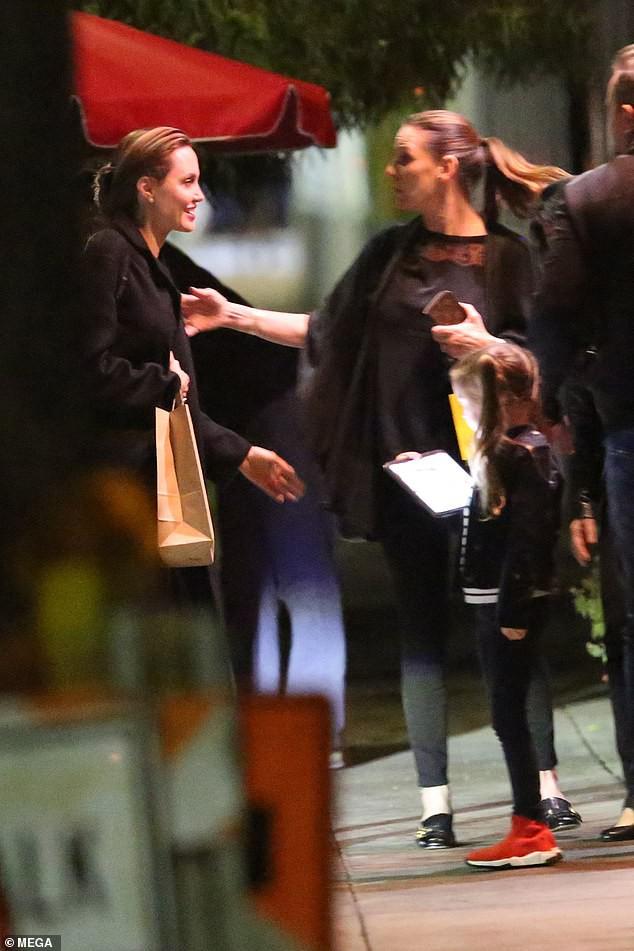 Angelina Jolie mắt sưng húp, mệt mỏi nhận cái ôm an ủi từ bạn bè sau khi Brad Pitt lộ ảnh tái hợp Jennifer - Ảnh 2.