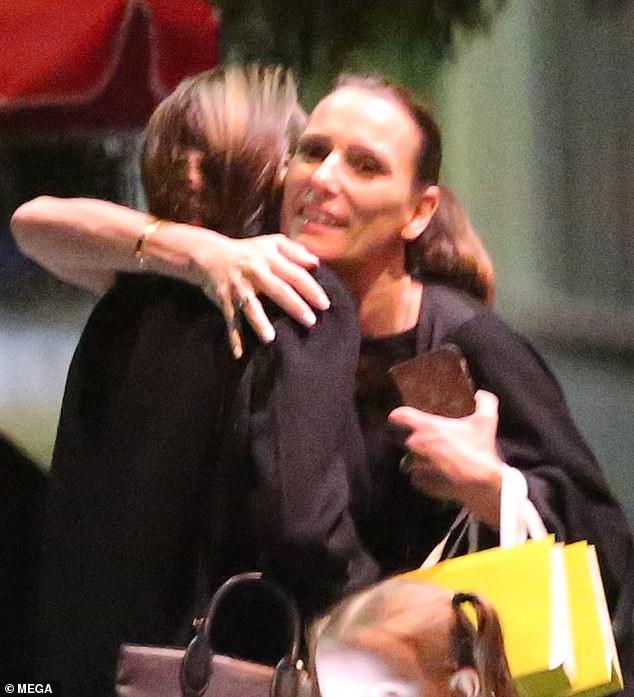 Angelina Jolie mắt sưng húp, mệt mỏi nhận cái ôm an ủi từ bạn bè sau khi Brad Pitt lộ ảnh tái hợp Jennifer - Ảnh 4.