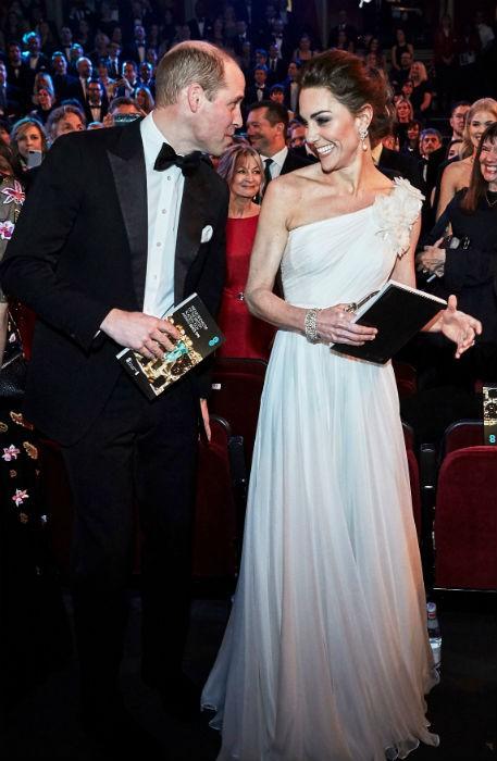 Chẳng cần nắm tay chốn đông người, vợ chồng Công nương Kate vẫn chứng minh tình yêu bền chặt qua khoảnh khắc ngọt ngào này - Ảnh 3.