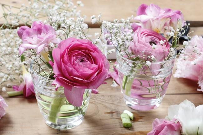 4 mẹo cắm hoa siêu dễ ai cũng có thể làm được để mùa xuân luôn bừng nở trong nhà bạn - Ảnh 1.