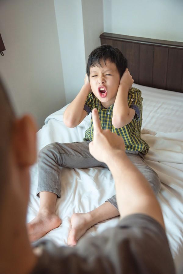 Con lúc nào cũng nói trả treo, cãi tay đôi lại? Cha mẹ hãy làm ngay theo lời khuyên này của chuyên gia để trị thói xấu đó của bé - Ảnh 1.