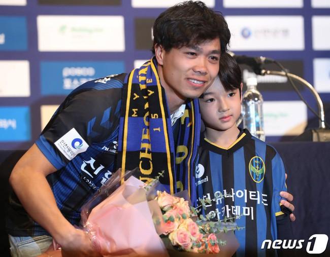Công Phượng lịch lãm như hoàng tử ngày ra mắt CLB Hàn Quốc nhưng gây chú ý lại là cậu bé điển trai này! - Ảnh 1.