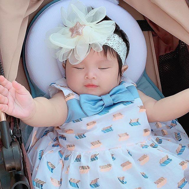 Chưa tròn 1 tuổi mà ba tiểu công chúa nhà sao Việt đã được dự đoán xinh đẹp, sành điệu ăn đứt mẹ  - Ảnh 1.
