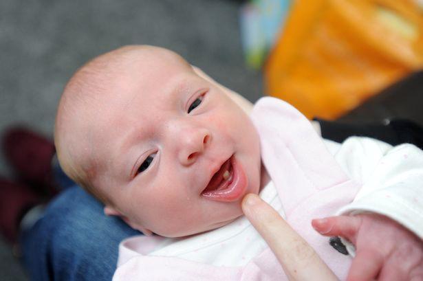 Con vừa mới sinh ra đời mẹ đã choáng váng không tin được khi thấy vật thể lạ lùng này trong miệng con - Ảnh 3.