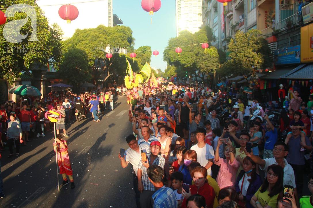 TP.HCM: Hàng ngàn người dân đi chùa cầu an, chen chúc xuống phố xem Bát Tiên khiến các tuyến đường kẹt cứng - Ảnh 1.