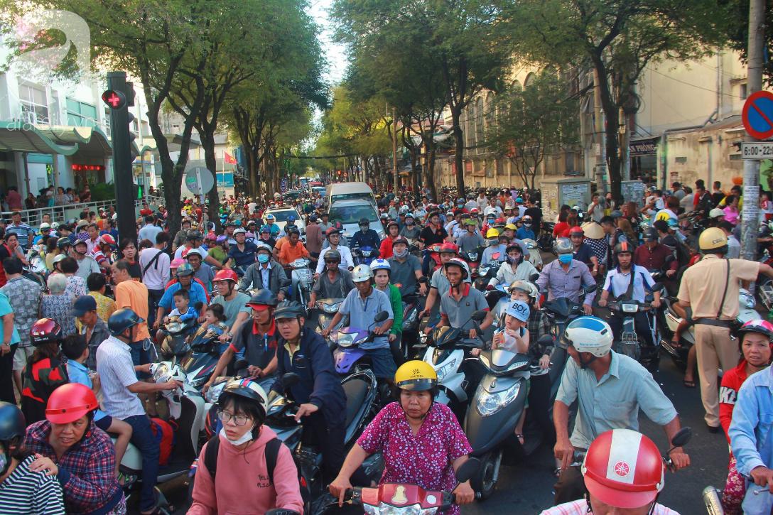TP.HCM: Hàng ngàn người dân đi chùa cầu an, chen chúc xuống phố xem Bát Tiên khiến các tuyến đường kẹt cứng - Ảnh 3.