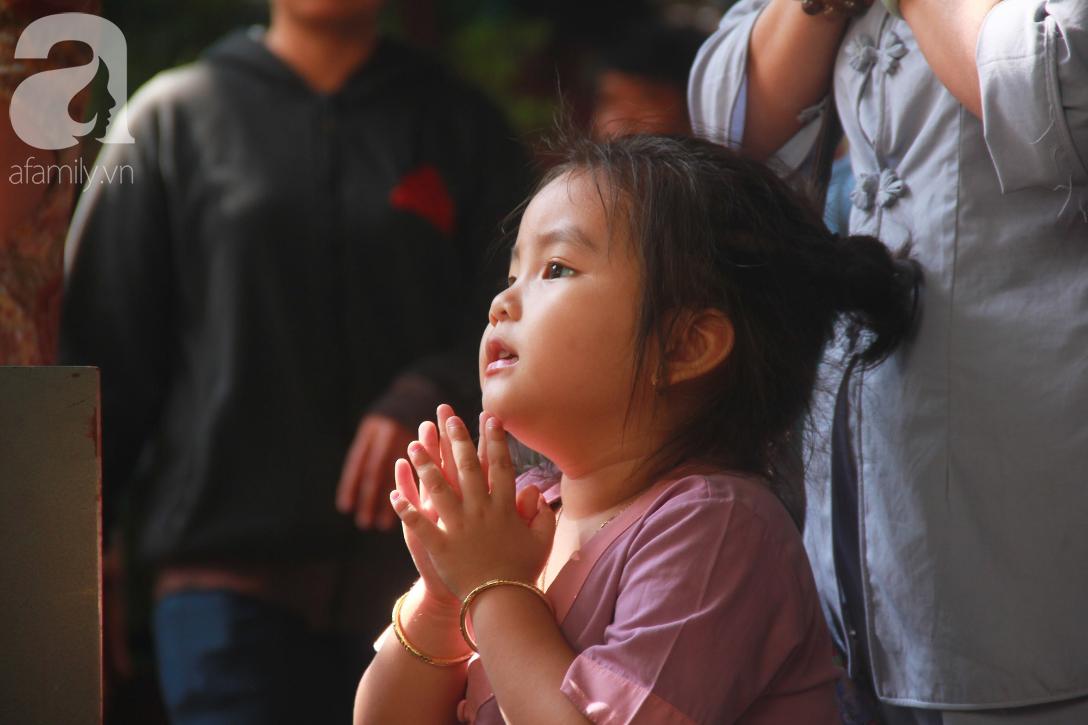 TP.HCM: Hàng ngàn người dân đi chùa cầu an, chen chúc xuống phố xem Bát Tiên khiến các tuyến đường kẹt cứng - Ảnh 8.