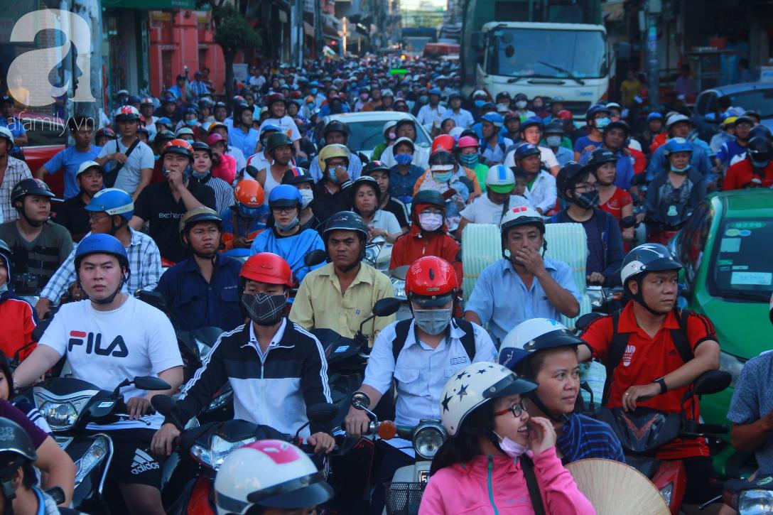 TP.HCM: Hàng ngàn người dân đi chùa cầu an, chen chúc xuống phố xem Bát Tiên khiến các tuyến đường kẹt cứng - Ảnh 5.