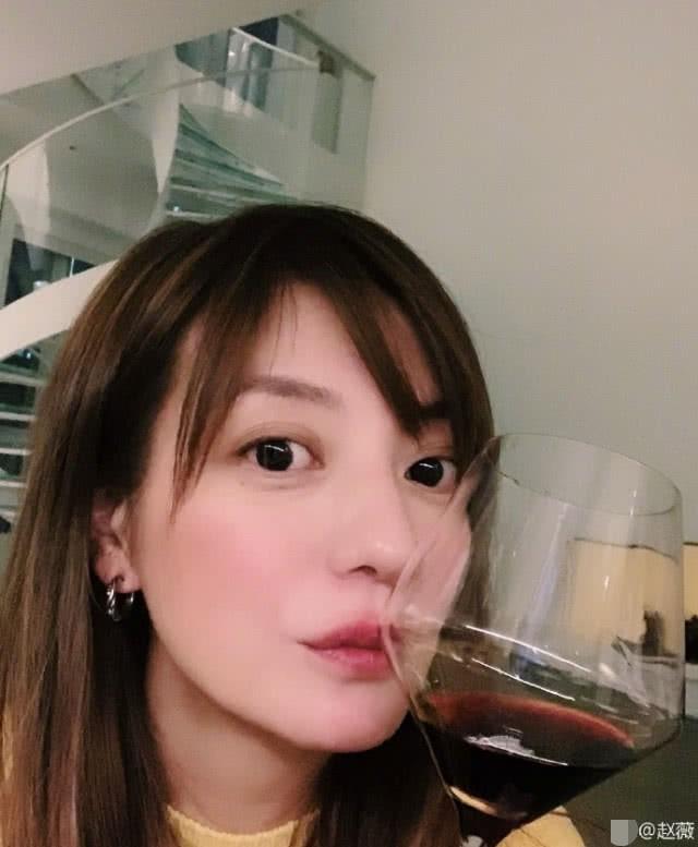 Triệu Vy lại khiến fan hâm mộ lo lắng khi lộ dấu hiệu đã ly thân, chỉ một mình cô đơn uống rượu ngày lễ quan trọng - Ảnh 3.