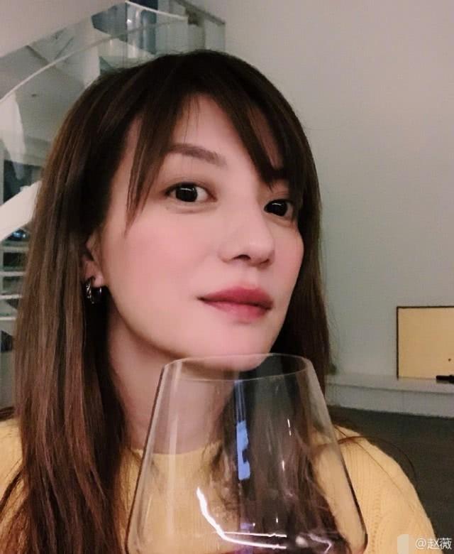 Triệu Vy lại khiến fan hâm mộ lo lắng khi lộ dấu hiệu đã ly thân, chỉ một mình cô đơn uống rượu ngày lễ quan trọng - Ảnh 4.